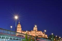 Visiónes desde la orilla de la catedral de Salamanca y del puente fotografía de archivo