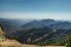 Visiónes desde la roca de Moro en la secoya y el parque nacional de reyes Canyon, California fotos de archivo