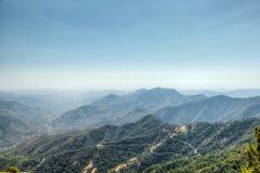Visiónes desde la roca de Moro en la secoya y el parque nacional de reyes Canyon, California imagen de archivo
