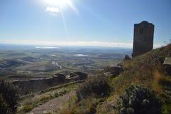 Visiónes desde las paredes de Roman Castle Of Loarre Dating a partir del siglo XI que fue construido por rey Sancho III en el pue imagen de archivo