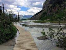 Visiónes que caminan alrededor de Lake Louise, rastro de Lakeview, llano de seis colmenas de los glaciares, del lago Inés, del la Fotografía de archivo libre de regalías