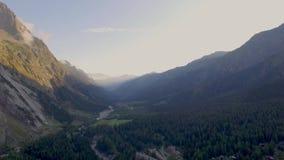 Visiónes que muestran las altas montañas, los ríos, los bosques, los valles y el paisaje alpino del La Fouly en el cantón de Vala almacen de metraje de vídeo