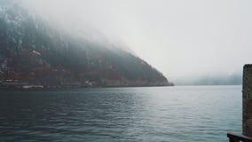 Visi?n desde el embarcadero del lago a las monta?as en la niebla metrajes