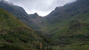 Visi?n desde el paso de Sani, camino rural de la suciedad aunque las monta?as que conecta Sur?frica y Lesotho fotos de archivo libres de regalías