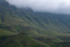 Visi?n desde el paso de Sani, camino rural de la suciedad aunque las monta?as que conecta Sur?frica y Lesotho imagen de archivo libre de regalías