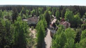 Visi?n desde la altura de edificios residenciales privados en un bosque del pino en Rusia almacen de video
