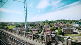 Visi?n desde la ventana del tren La visión desde el tren móvil de alta velocidad en el paisaje hermoso que pasa por alto el peque almacen de metraje de vídeo