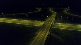 Visi?n a?rea desde el abej?n sobre un cruce giratorio, noche almacen de video