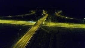 Visi?n a?rea desde el abej?n sobre un cruce giratorio, noche almacen de metraje de vídeo