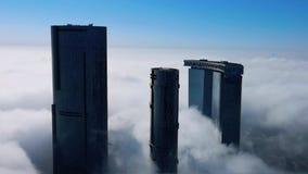 Visi?n a?rea superior tirada de rascacielos en la ciudad con las nubes de la niebla que pasan por - la isla Sun de Abu Dhabi Al R almacen de video