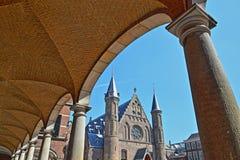 Visi?n a trav?s de las arcadas del Pasillo del caballero de Ridderzaal, que forma el centro del Binnenhof imagen de archivo libre de regalías