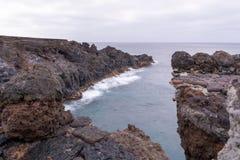 Visibilité directe Hervideros, un endroit où la lave a coulé dans l'océan, Lanzarote, Îles Canaries images libres de droits