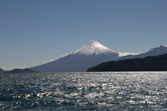 Visibilité directe Santos de Lago de Todos avec le volcan neigeux Image libre de droits