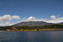 Visibilité directe Santos de Lago Todos avec le volcan neigeux Image stock