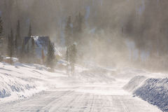 Visibilité pauvre avec des vents violents soufflant la neige autour pendant une tempête de neige dans la banlieue Photographie stock
