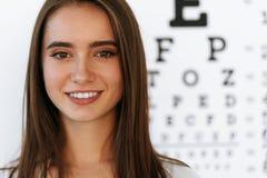 visie Mooie Vrouw met de Visuele Grafiek van de Oogtest op Achtergrond stock afbeelding