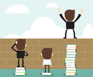 Visieconcept - gelezen boek open visie, bedrijfsmens die zich op stapel boeken bevinden Stock Foto