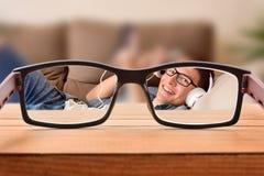 Visieconcept met tiener die met glazen het liggen onderhouden stock foto's