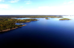 Visión aérea, lago Vaner, Suecia, islas deshabitadas destination del viaje Imagen de archivo