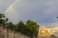 Visión desde el castillo de Praga en la ciudad vieja y un arco iris después de la lluvia Fotos de archivo libres de regalías