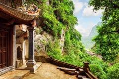 Visión escénica desde Bich Dong Pagoda, Ninh Binh, Vietnam Imágenes de archivo libres de regalías