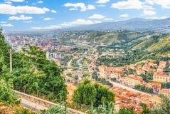 Visión panorámica sobre la ciudad de Cosenza y del río de Crathis, I Foto de archivo libre de regalías