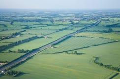 Visión sobre los campos del verde del comienzo del verano Foto de archivo libre de regalías
