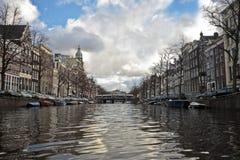 Visión a través del citycenter de Amsterdam en el Netherla Imagen de archivo