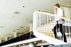 Visionário do negócio representado por escadas climing de um homem foto de stock
