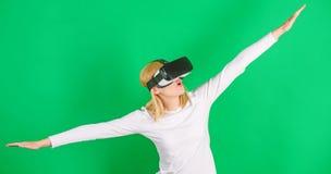 Vision de observation de réalité virtuelle de femme Femme à l'aide du casque de réalité virtuelle Lunettes de port de réalité vir image stock