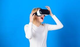 Vision de observation de r?alit? virtuelle de femme Femme ? l'aide du casque de r?alit? virtuelle Femme dr?le ?prouvant l'instrum photo stock
