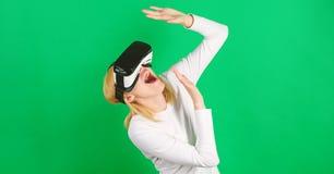 Vision de observation de r?alit? virtuelle de femme Femme ? l'aide du dispositif de VR Digital VR photographie stock libre de droits
