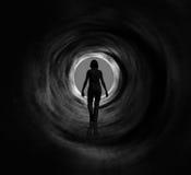 Vision des Wegs in den hellen Kreis Ausstrahlens stockfoto