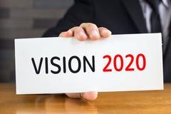 Vision 2020, mensaje en la tarjeta blanca y control cerca Imagenes de archivo