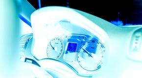 Vision nocturne au-dessus de tableau de bord de voiture avec la vitesse régulière d'odomètre Photo stock