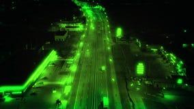 Vision nocturne de bourdon sur la route la nuit, contrôle de la circulation clips vidéos