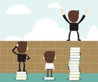 Visionbegrepp - läst öppen vision för bok, anseende för affärsman på bunt av böcker Arkivfoto