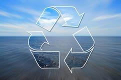 Visione libera della natura attraverso un segno di riciclaggio Immagini Stock