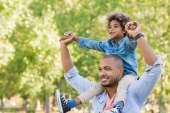 Visione nera del figlio e del padre immagini stock libere da diritti