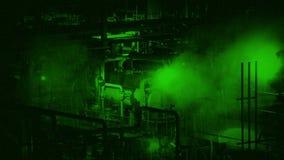 Visione notturna di fumo del macchinario industriale stock footage
