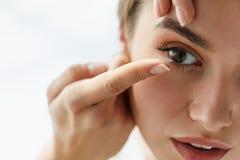 Visionkontaktlinser Closeup med den härliga kvinnaframsidan royaltyfri fotografi
