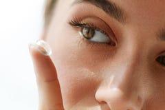 Visionkontaktlinser Closeup med den härliga kvinnaframsidan royaltyfria bilder