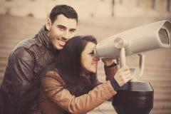 Visionnement de couples dans binoculaire. Image stock