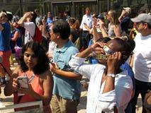 Visionnement de l'éclipse solaire partielle Image libre de droits