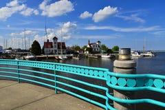 Visionnement de la garde côtière de Racine le Wisconsin Station de l'autre côté de la rivière photographie stock libre de droits