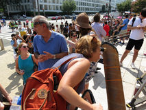 Visionnement de télescope de l'éclipse solaire partielle Photos stock