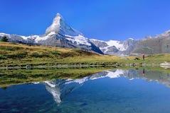 Visionnement Matterhorn de randonneur   Photos libres de droits