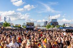 Visionnement public du football pendant Kiel Week 2016, Kiel, Allemagne Image libre de droits