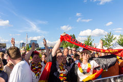 Visionnement public du football pendant Kiel Week 2016, Kiel, Allemagne Image stock