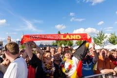 Visionnement public du football pendant Kiel Week 2016, Kiel, Allemagne Images libres de droits